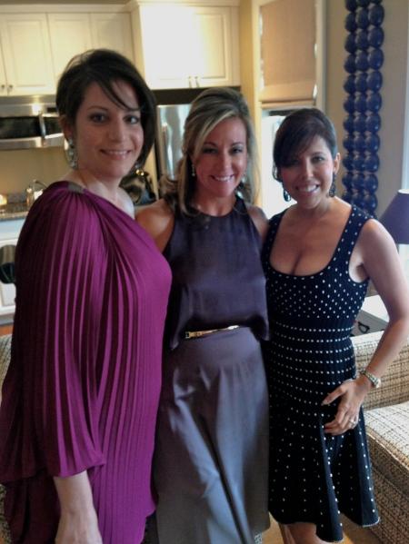 Mujeres Bonitas, Chelsea (una prima de Aimee), hermana Meg, y amiga mejor, Kiki.  Chelsea y Meg estan llevando unos vestidos por Halston. Kiki esta llevando un vestido por Alaia.