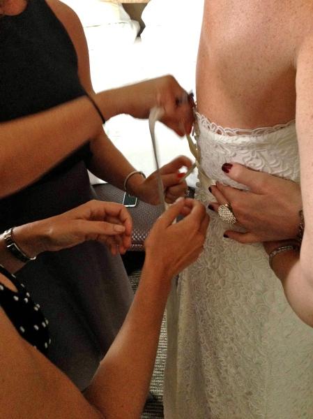 Lo toma un pueblo para criar una novia (o unas pocas amigas buenas!). It takes a village to raise a bride (or a few good friends!).